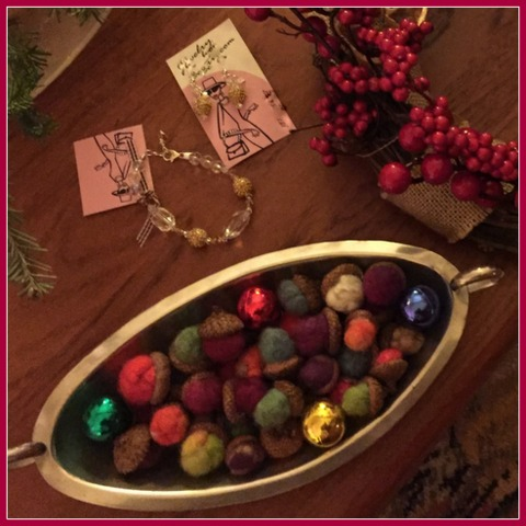 Andrea made roving wool acorns (with real acorn tops) and placed them in an antique dish with a few vintage ornaments. Cah-ute!