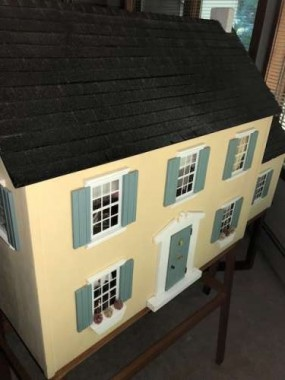 This is the first dollhouse I have seen that reminds me of the one my dad built.