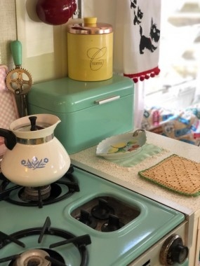 Other tins like a TJ Maxx bread box and a 60's vintage coffee tin brighten the kitchen. The Pyrex kettle belonged to my best friend's mom, from when my bff was a child.