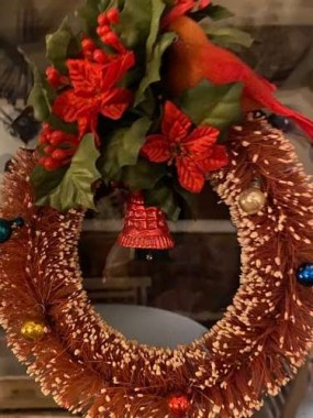 Bottle brush wreaths like this one from the 50's were sold at retailers like Woolworths. I always think of ZuZu when the door closes and the little bell rings. Angels getting wings!